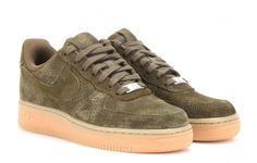 Les essentiels du chic special kaki Baskets en suede Air Force 1, Nike, 105 euros