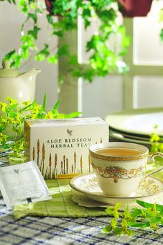 Aloe Blossom Herbal Tea. Una deliziosa miscela di aromi tra cui la cannella, buccia di arancia, camomilla e fiori di Aloe Vera dal potere calmante e rilassante. E' una salutare tisana, ideale da gustare sia calda che fredda, in qualsiasi momento della giornata. Contenuto 25 bustine. (art. 200)