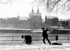 Rheinweg, 1911. Staatsarchiv Basel-Stadt, BSL 1045c 3-35-57  Die Winter sind auch nicht mehr das, was sie mal waren. Wenn man sich das Bild ansieht, scheint das Wetterlamento zu stimmen. Schneebälle lassen sich im Basler Januar nur mehr selten formen.