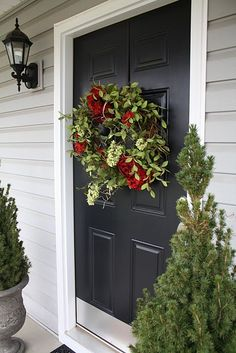 Nice wide Front Door in black with white trim and light gray siding. Custom Woodworking, Woodworking Projects Plans, Exterior Colors, Exterior Design, Black Exterior, Exterior Paint, Wreaths For Front Door, Door Wreaths, Christmas Wreaths