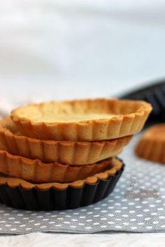 Pâte Sucrée é uma massa de torta um pouco crocante, mais macia e mais doce que as outras (pâte sablée e pâte brisée). É parecida com a massa de biscoito amanteigado, portanto, o que sobrar da massa…
