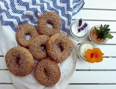 Vollkorn-Sesambagels - Bagel, Doughnut, Bread, Desserts, Food, Homemade, Kuchen, Recipies, Tailgate Desserts