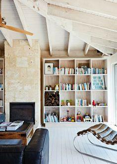 Keltainen talo rannalla: Koteja ja joulua - I wish I had spacious bookshelves like this.