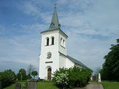 Östra Kärrstorps kyrka. Kyrkan är byggd i sten med halvrund sakristia. Den tillkom 1846 då den medeltida kyrkan blev kraftigt ombyggd.   Dopfunten av sandsten är huggen av gotlänningen Calcarius omkring 1225 och skildrar Hubertus- och Eustachiuslegenderna. Över altaret hänger ett triumfkrucifix från 1400-talet. Fattigbössan vid ingången är förmodligen från 1600-talet.