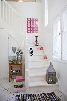 We love this minimal #Christmas stairway decor using warm white lights. And the cat!