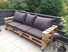 Outdoor Furniture Pallet Check out this ravishing recycled pallet wood sofa on wheels that seems amazing in pure wooden texture. The idea is elegantly crafted by keeping the needs of comfortable and affordable sofa needs of every house. Pallet Lounge, Diy Pallet Sofa, Diy Pallet Projects, Pallet Ideas, Pallet Bank, Pallet Cushions, Wood Projects, Pallet Garden Furniture, Outdoor Furniture Plans