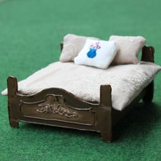 Step-by-step tutorial and free template for this easy cardboard vintage dollhouse bed.