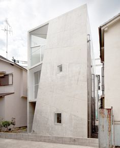 House Folded: ALPHAville architects  Single Bedroom Home in Osaka