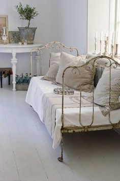 Antique Iron Twin Bed Doubles as a Daybed! I can do this with my twin iron bed. Casas Shabby Chic, Shabby Chic Vintage, Shabby Chic Interiors, Shabby Chic Bedrooms, Shabby Chic Homes, Shabby Chic Style, Shabby Chic Furniture, Shabby Chic Decor, Vintage Decor