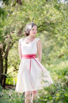 kurzes, schlichtes Brautkleid für das Standesamt mit einer roten Schärpe