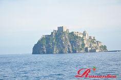 Sullo sfondo la magnifica sagoma del #Castello Aragonese simbolo dell'isola dal 79 a.c.