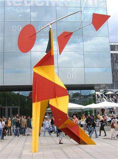 Crinkly avec disque rouge (Crinkly with Red Disk); Alexander Calder (1973), Schlossplatz in Stuttgart, Germany