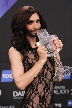 """Conchita Wurst: Conchitas großer Schritt - Ein zierlicher Wirtshaussohn im opulenten Abendkleid wird vor 170 Millionen TV-Zuschauern zur """"Königin von Europa"""" geadelt – solche Geschichten schreibt nur der """"Eurovision Song Contest"""". Mehr zur Person: http://www.nachrichten.at/nachrichten/meinung/menschen/Conchita-Wurst-Conchitas-grosser-Schritt;art111731,1383009 (Bild: APA)"""