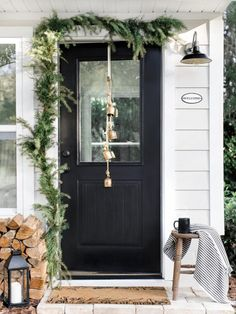 Proof That Simplicity Reigns Queen in This Holiday Home Tour.-Proof That Simplicity Reigns Queen in This Holiday Home Tour Scandinavian Christmas Decorations, Outdoor Christmas Decorations, Scandinavian Holidays, Scandinavian Style, Table Decorations, Decoration Entree, Christmas Home, Simple Christmas, Christmas Tables