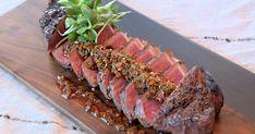Célébrez en grand autour de la table avec une bonne pièce de viande comme ce contre-filet de boeuf Black Angus. Son assaisonnement est parfait! Chimichurri, Boeuf Angus, Filets, C'est Bon, Noodles, Sushi, Steak, Ethnic Recipes, Parfait