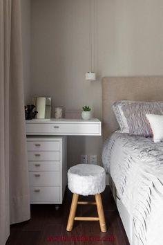 Dormitório com cantinho para maquiagem, gaveteiro com gavetas otimizados. Home Bedroom, Room Decor Bedroom, Easy Home Decor, Dream Rooms, New Room, Minimalist Home, Interior Design, Small Vanity, Modern Fireplaces
