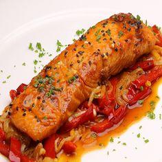 Preparación Salmón al horno:  Macerar el salmón: Ponemos en un bol la salsa de soya, una cucharada de miel, un poco de jengibre fresco y un chorrito de aceite de sésamo. Introducimos el salmón en la mezcla por unos 30 minutos. Reservamos.  Ahora cortamos las verduras y las colocamos en una charola para horno. Introducimos al horno a ...