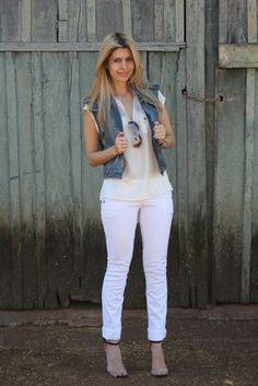 colete jeans + calça branca