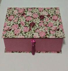 Caixa de maquiagem feita com papelão holler, forrada com tecido 100% algodão com espelho interno e divisórias. R$ 75,00