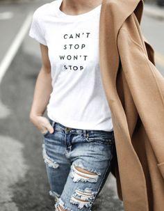 Denim + Camel + Remera Estampada. ¡Un combo ganador! Las remeras estampadas le dan un toque canchero a tu look. Animate.