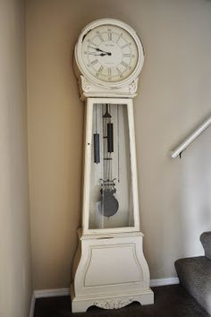 Refurb old grandfather clock--sand to knock off varnish, dust, paint a creamy white, distress using sanding block and smoky glaze. Spray paint weights, pendulum and chains in oil rubbed bronze. Painted Furniture, Diy Furniture, Painted Wood, Vintage Furniture, Grandmother Clock, Clock Painting, Dyi Painting, Cool Clocks, Antique Clocks