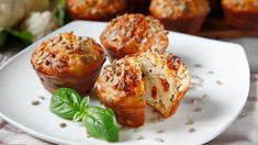Jestli máte doma formu na muffiny, zkuste příště místo sladkých báboviček upéct pro změnu slané. Fruits And Vegetables, Veggies, Baked Potato, Feta, Potatoes, Baking, Breakfast, Ethnic Recipes, Health Recipes