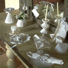 Des éléments de décoration de mariage en origami / Origami decoration set for a wedding, white, plate, vase