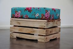 diy idea - pallet bench or footstool with cushion. Could use non pallet materials easily enough. Pallet Crates, Wood Pallets, Pallet Bench, Diy Pallet, Pallet Ideas, Pallet Projects, Home Projects, Palette Diy, Diy Casa