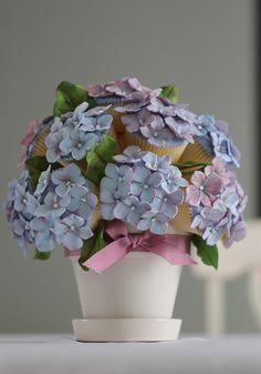 Hydrangea Cupcake Bouquet Pretty Cupcakes, Fun Cupcakes, Cupcake Cookies, Floral Cupcakes, Cupcake Toppers, Cupcake Arrangements, Mothers Day Cupcakes, Cupcake Boutique, Springerle Cookies