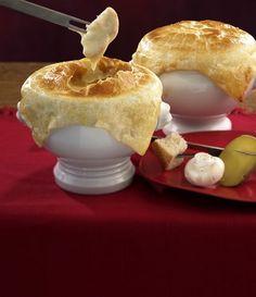 Der Klassiker kommt heute mal aus dem Ofen und bekommt eine knusprige Teigdecke - Käsefondue schmeckt im Winter einfach himmlisch.