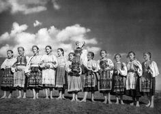 Slovakia - Karol Plicka - Vynášanie Morény v Gemeri European Dress, Heart Of Europe, Album, Choir, Film Photography, Pagan, Old Photos, Mythology, Fairy Tales