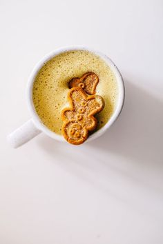 Two Holiday Blender Lattes : Turmeric Gingerbread Milk Drink Latte & Peppermint Matcha Latte! Both are dairy-free and sweetened naturally. Mince Pies, Chocolate Caliente, Hot Chocolate, Chocolate Donuts, Tea Recipes, Coffee Recipes, Drink Recipes, Juicer Recipes, Donut Recipes