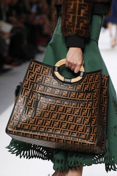 Best Women's Handbags & Bags : Fendi available at Luxury & Vintage Madrid, the world's best selection of contemporary and vintage bags, discover our new arrivals Luxury Bags, Luxury Handbags, Designer Handbags, Zapatillas Louis Vuitton, Fashion Bags, Fashion Accessories, Womens Fashion, Ladies Fashion, Fashion Fashion