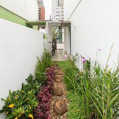 Preservados o estilo e a arquitetura, o casal de arquitetos do escritório dt.estúdio reformou uma casa de vila de 100 m², deixando ambientes integrados.