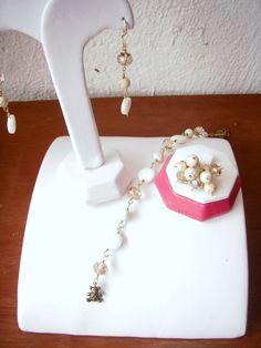 Aretes, pulsera y anillo, combinado blanco, perla y dorado...