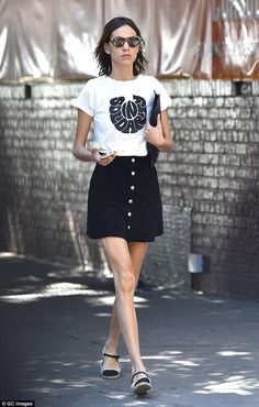 Alexa Chung Stepping out! On Tuesday model Alexa Chung, showed off her perfect pins while runnin Tokyo Fashion, Star Fashion, Runway Fashion, Street Fashion, Daily Fashion, Look Fashion, Fashion Outfits, White Fashion, Date Night Outfit Summer