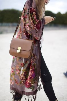 A floral printed kimono makes a boho chic statement Fashion Mode, Look Fashion, Autumn Fashion, Womens Fashion, Trendy Fashion, Gypsy Fashion, High Fashion, Boho Fashion Over 40, Fashion Music