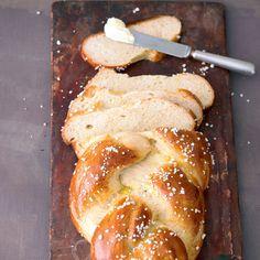 Ein frisch gebackener Hefezopf passt nicht nur zum Nachmittagskaffee sondern auch zum Sonntagsfrühstück mit etwas Butter und selbst gemachter Marmelad...