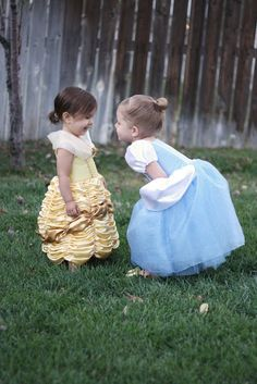 Because someday I'm sure baby girl will want to dress up like a princess. Cinderella and Belle Princess Dress Pattern and Tutorial Cool Baby, Princess Belle, Little Princess, Sewing For Kids, Baby Sewing, Princess Dress Patterns, Princess Dresses, Costume Carnaval, Photos Booth