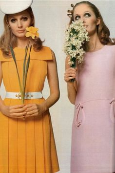 Mode uit de sixties | jaren '60. Let op de zakjes in de roze jurk: die ga ik onthouden. Erg leuk voor in een kleine versie voor de collectie.  60's Fashion - women