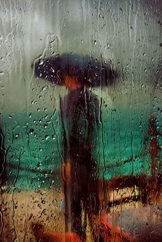 El rumbo se ha perdido, el olor de la vida desaparece en el desorden del agua. Ahora que la oscuridad se ha tragado a los dioses posibles, del desamparo nacen, del cerebro aterrado, las preguntas mayores que dormían como fieras en el diseño legible del mundo.  Joaquín Giannuzzi.