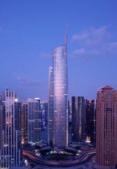 Dubai, waar bijna de helft van de kantoorruimte leeg staat, is van plan 's werelds hoogste kantoortoren te bouwen.