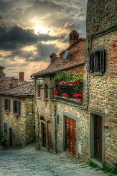 Exploring the medieval streets of Cortona in Tuscany, Italy. Such an awesome little town!