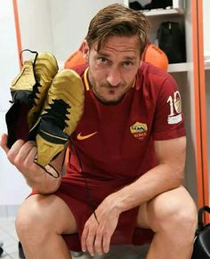 On a hugely emotional night at the Stadio Olimpico, see the best images as Francesco Totti took a final lap of honour around the pitch. As Roma, Totti Francesco, Totti Roma, Barcelona Futbol Club, Football Art, Lionel Messi, Champions League, Football Players, Pitch