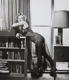 Harold Lloyd - Marilyn Monroe - January - posing in lingerie - taken during a photo shoot at Marilyn's Los Angeles apartment by Philippe Halsman Marylin Monroe, Joven Marilyn Monroe, Marilyn Monroe Photos, Vintage Hollywood, Hollywood Glamour, Classic Hollywood, Harold Lloyd, Magnum Photos, Life Magazine