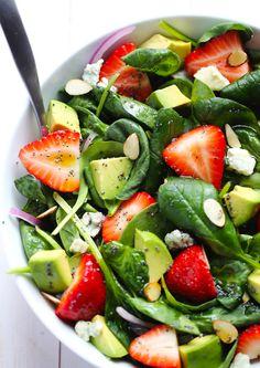 Salade met aardbei, spinazie, avocado, geitenkaas, rode ui en noten