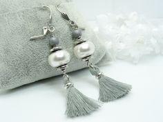 Boucles d'oreilles dormeuses argenté vieilli, perle Becharmed Swarovski blanc nacré, breloque pompon gris,perle en bois : Boucles d'oreille par madely