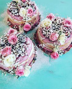 Dagens doptårtor#sockermajas #bakery #torslanda #doptårta #flicka #nakedcake #blommor #bär #rustik