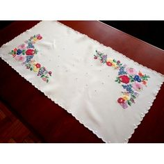 Hand-Embroidered tablecloths from Kalocsa, Hungarian home decoration - Folk Arts Hungary Chain Stitch Embroidery, Embroidery Stitches, Embroidery Patterns, Hand Embroidery, Floral Embroidery, Stitch Head, Hungarian Embroidery, Vintage Tablecloths, Embroidery Techniques