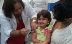 Criança é vacinada contra a gripe no Rio (Crédito: Genílson Araújo)